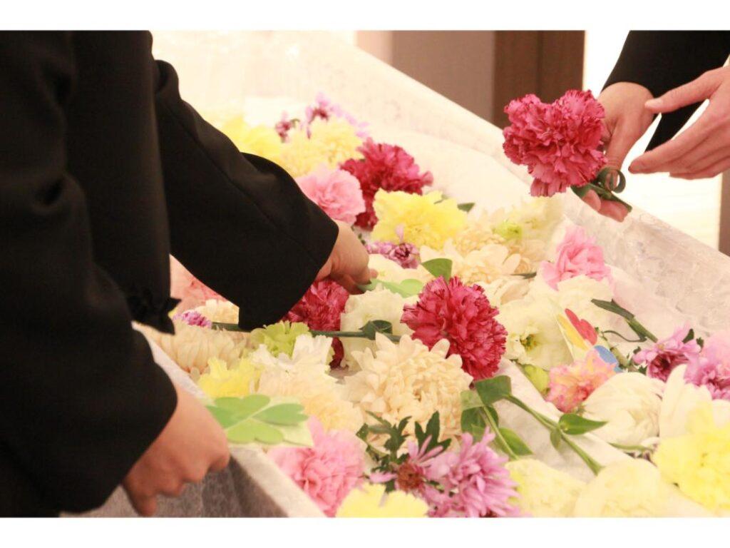 お別れの花を入れる遺族